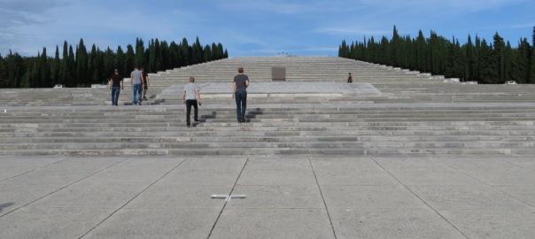Die militärische Gedenkstätte von Redipuglia, Dahinter erhebt sich eine Riesentreppe mit 22 Stufen, mit in die Stufen integrierten Gräbern von ca. 100.000 Soldaten