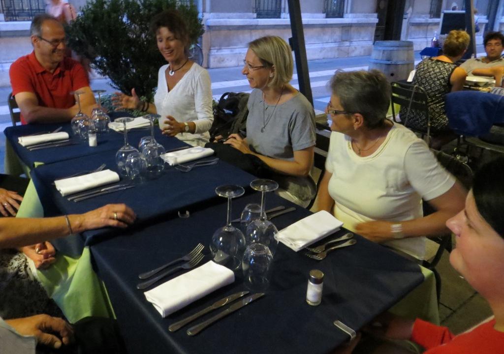 Abendessen als Kräftigung nach der langen Fahrt in der Fußgängerzone von Triest