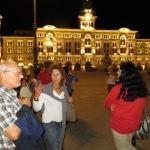Abendspaziergang mit Blick auf das schöne beleuchtete Rathaus von Triest