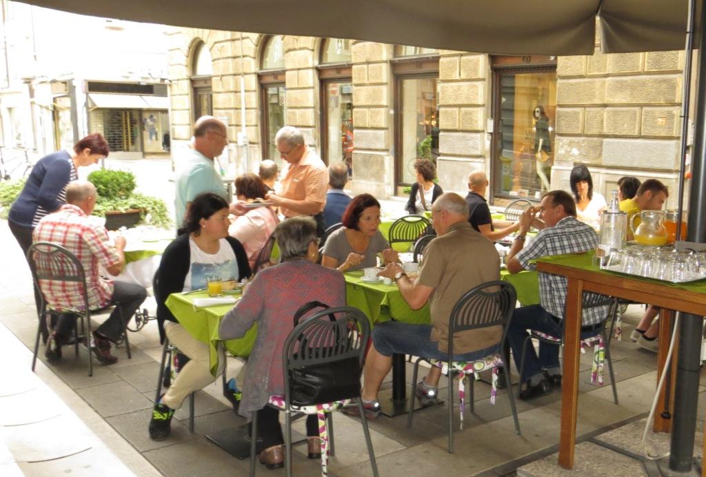 Frühstück in der Fußgängerzone in Triest