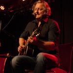 Sir Oliver Mally bluesig konzentriert und mit einer zu Herz gehenden Stimme und Gitarrenklängen