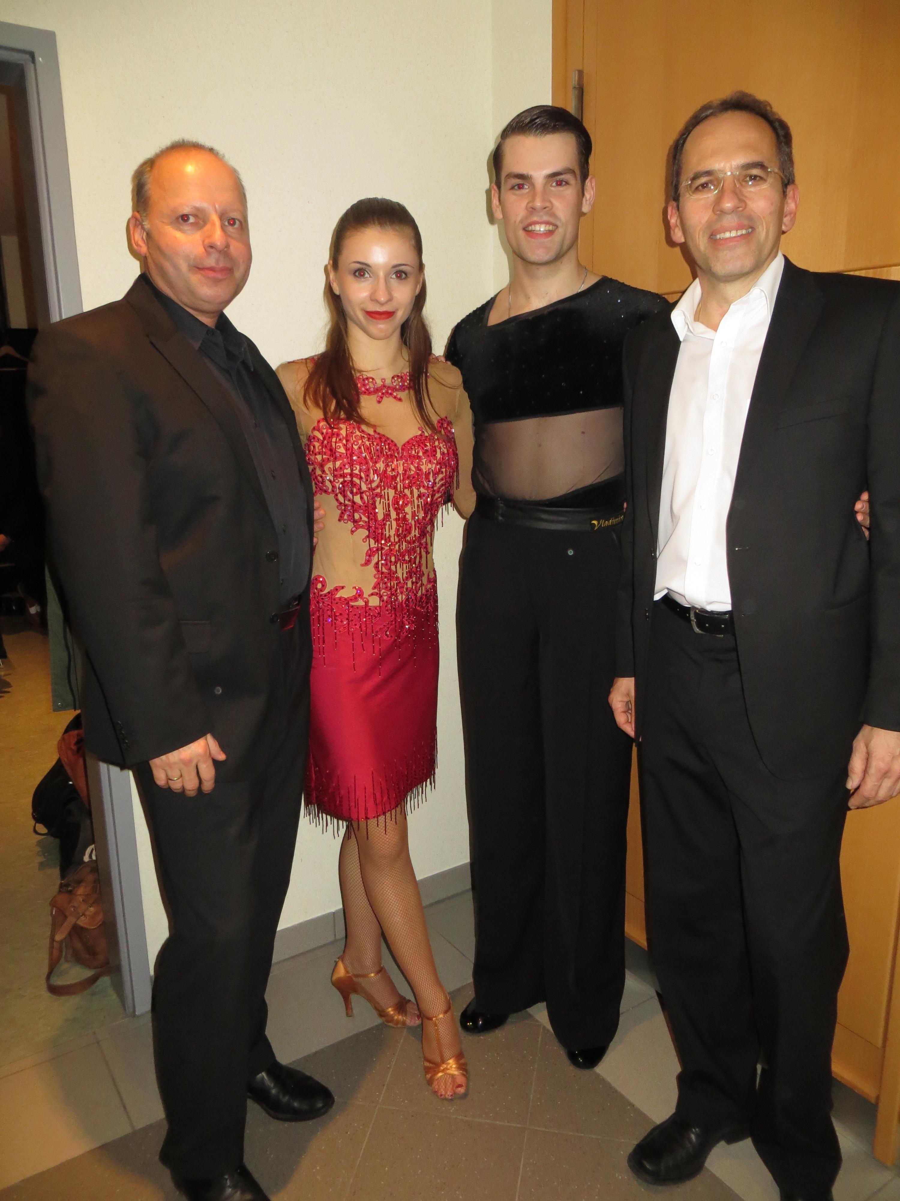 Bandchef Griesbacher mit seinen Tänzern und Moterator