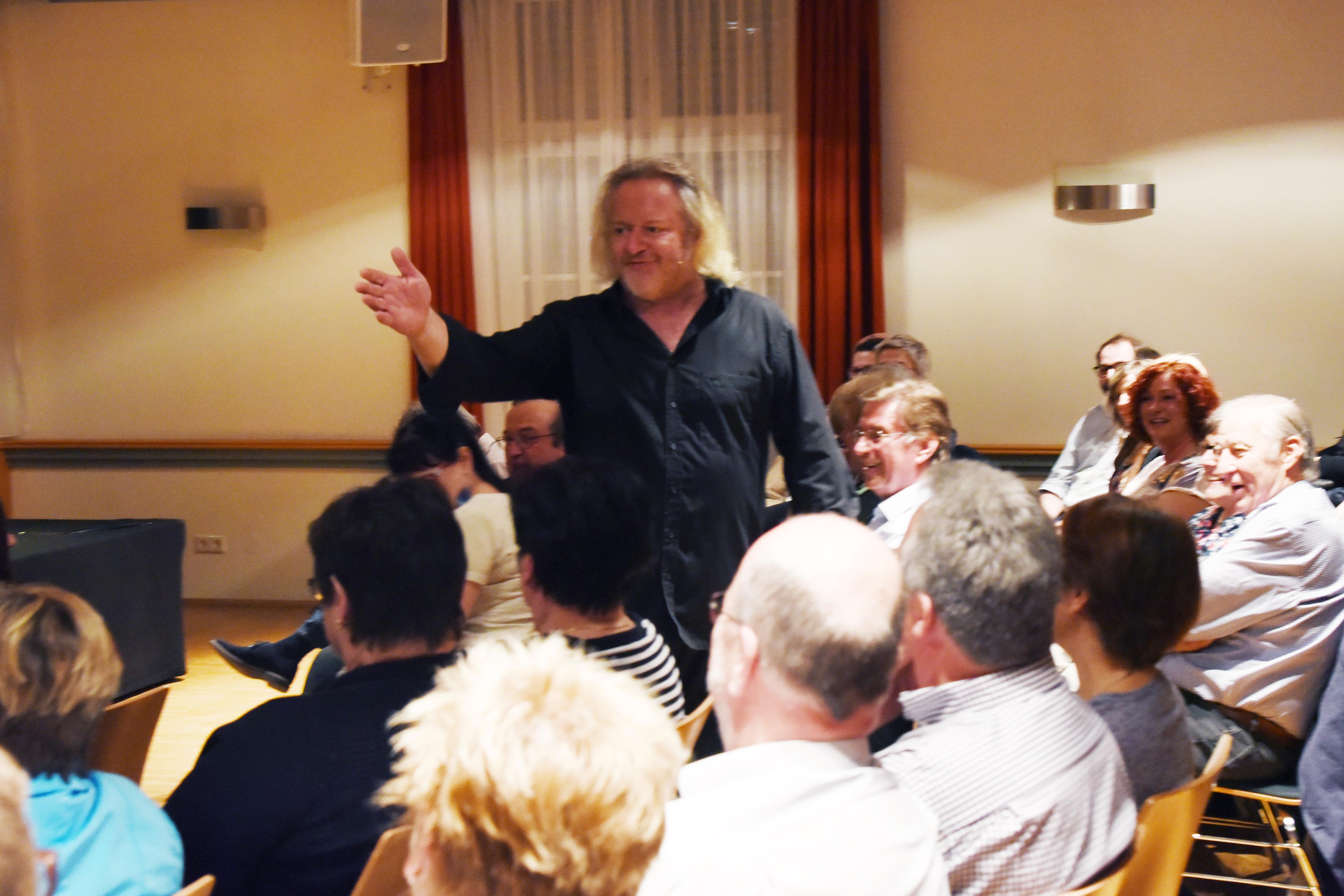 Gregor Seberg hat den ganzen Raum als Bühne
